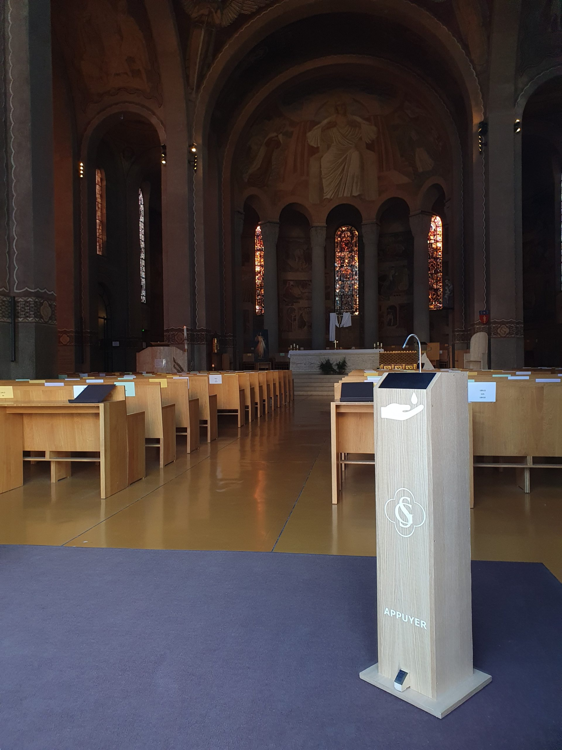 Gégé distributeur totem de gel hydroalcoolique en bois grande capacité 5L sans contact et autonome entrée Cathédrale Sainte Geneviève Nanterre