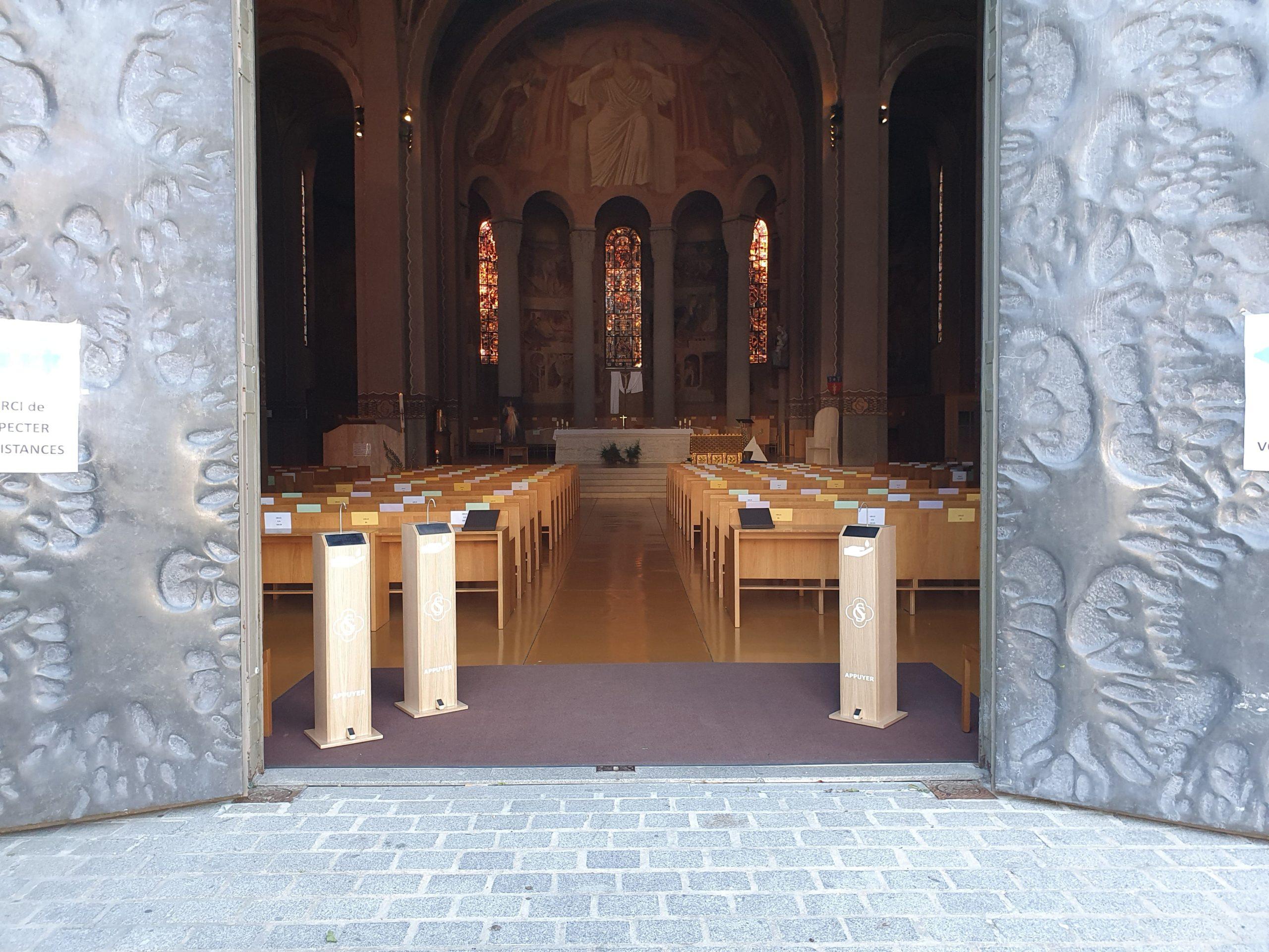 Gégé distributeur totem de gel hydroalcoolique en bois grande capacité 5L sans contact et autonome entrée Cathédrale Sainte Geneviève multiple