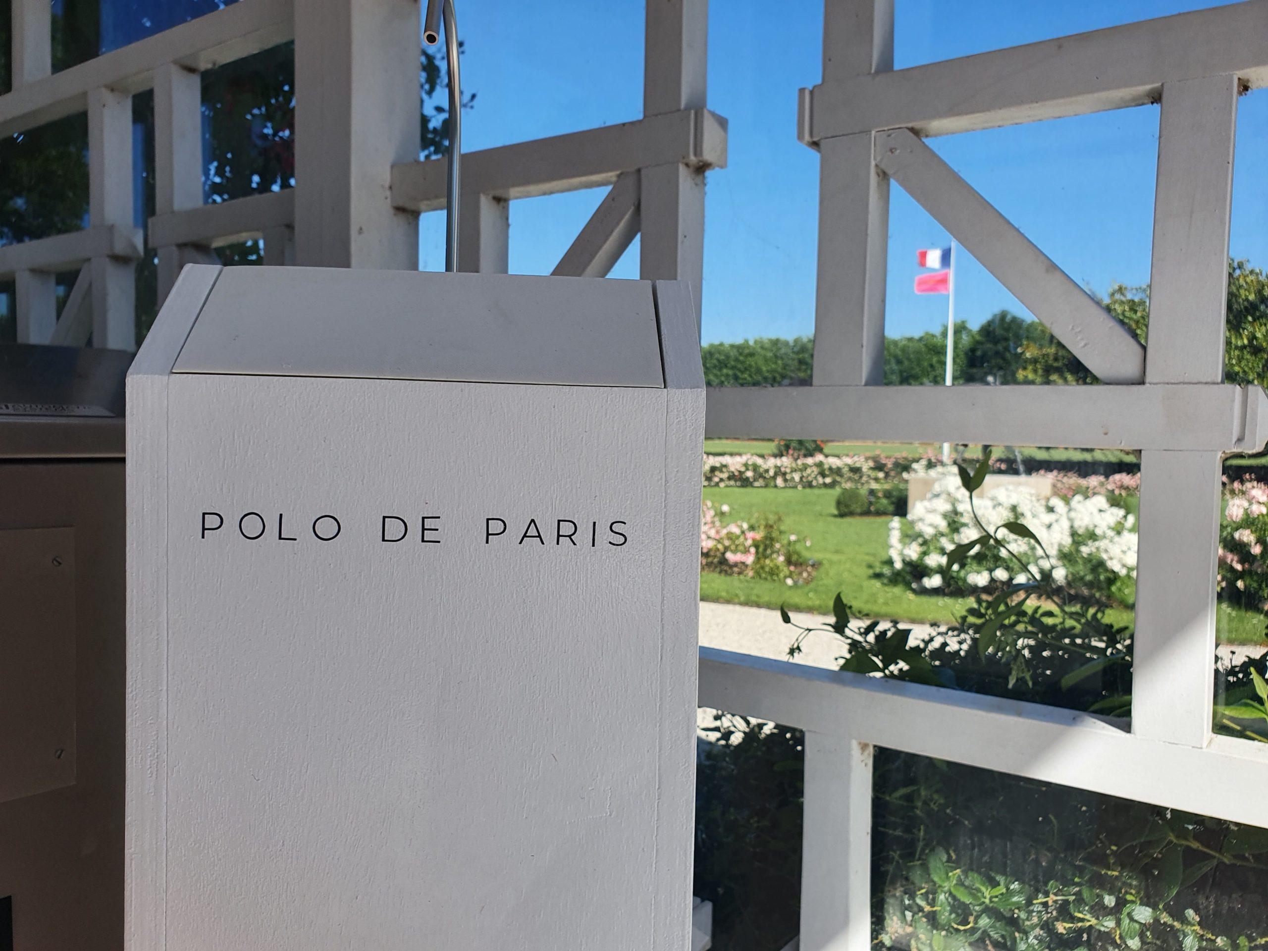 Gégé distributeur totem de gel hydroalcoolique en bois grande capacité 5L sans contact et autonome entrée Polo de Paris