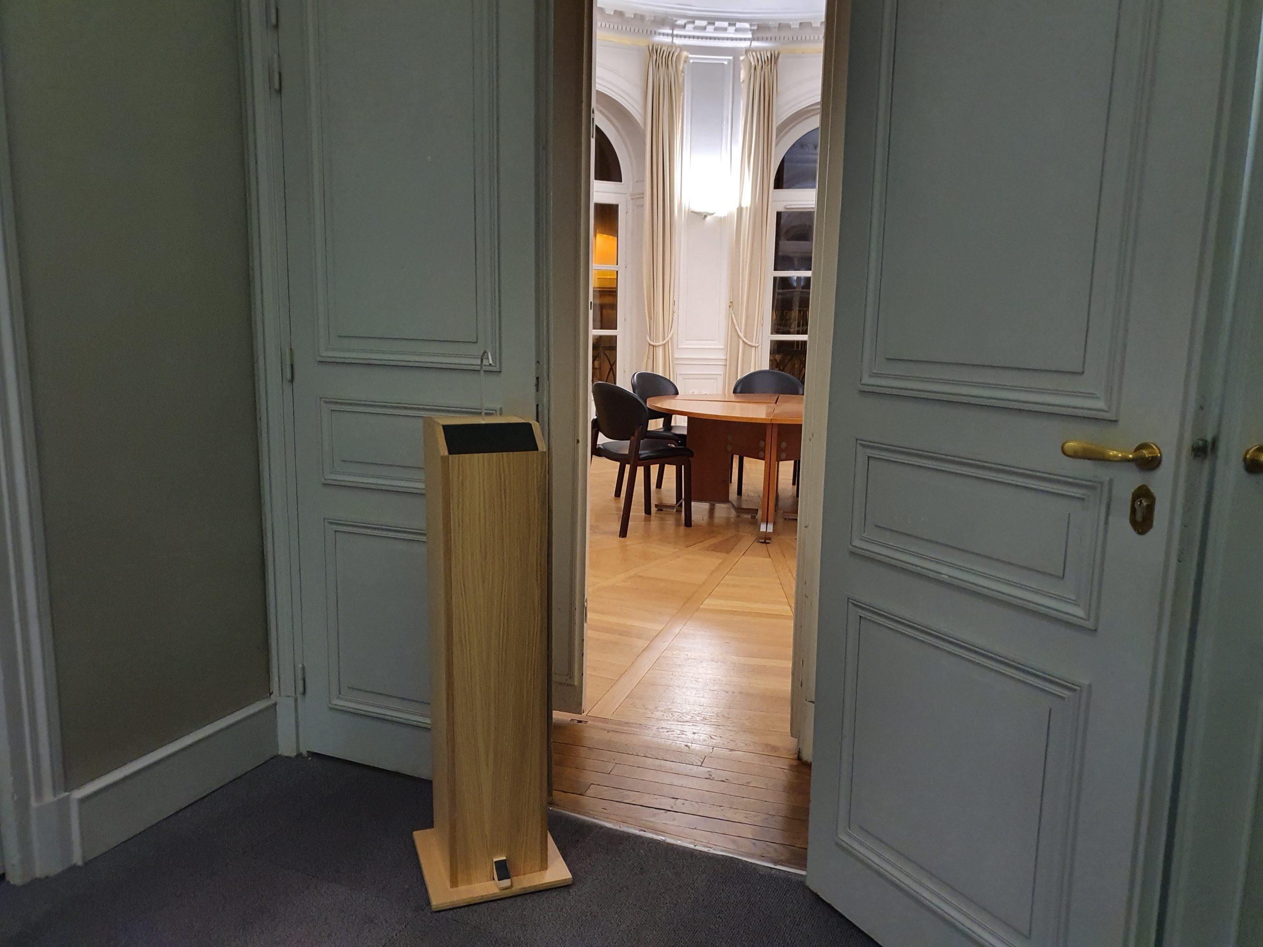 Gégé distributeur totem de gel hydroalcoolique en bois grande capacité 5L sans contact et autonome entrée salle de réunion
