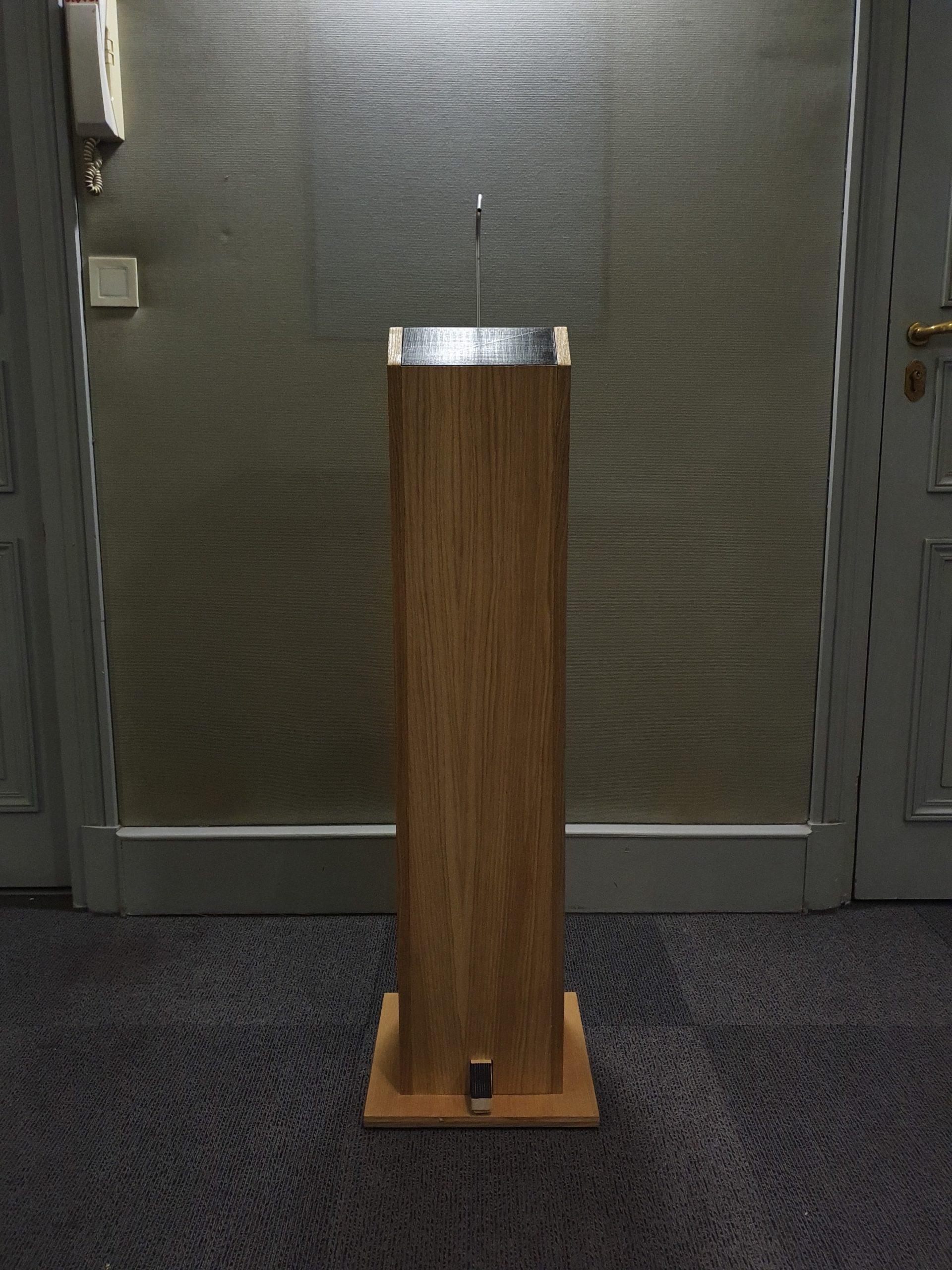 Gégé distributeur totem de gel hydroalcoolique en bois grande capacité 5L sans contact et autonome vue frontale