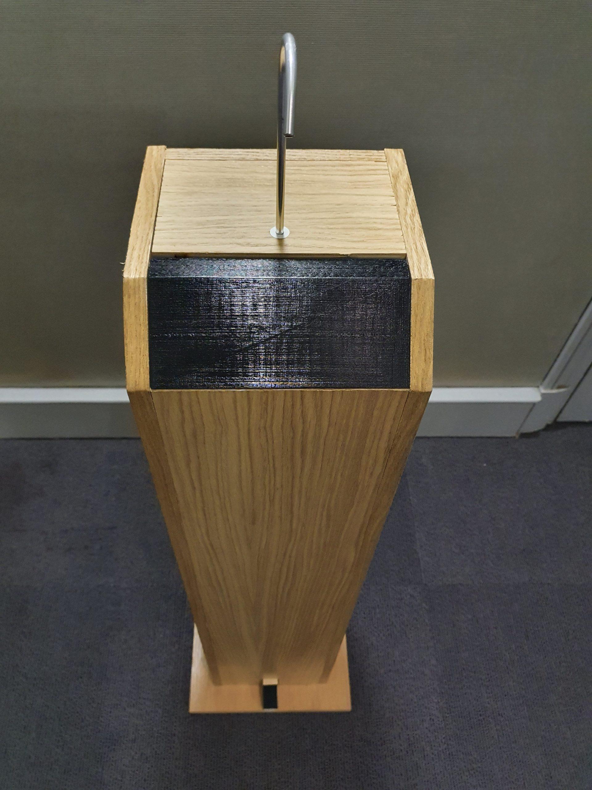 Gégé distributeur totem de gel hydroalcoolique en bois grande capacité 5L sans contact et autonome vue plongeante