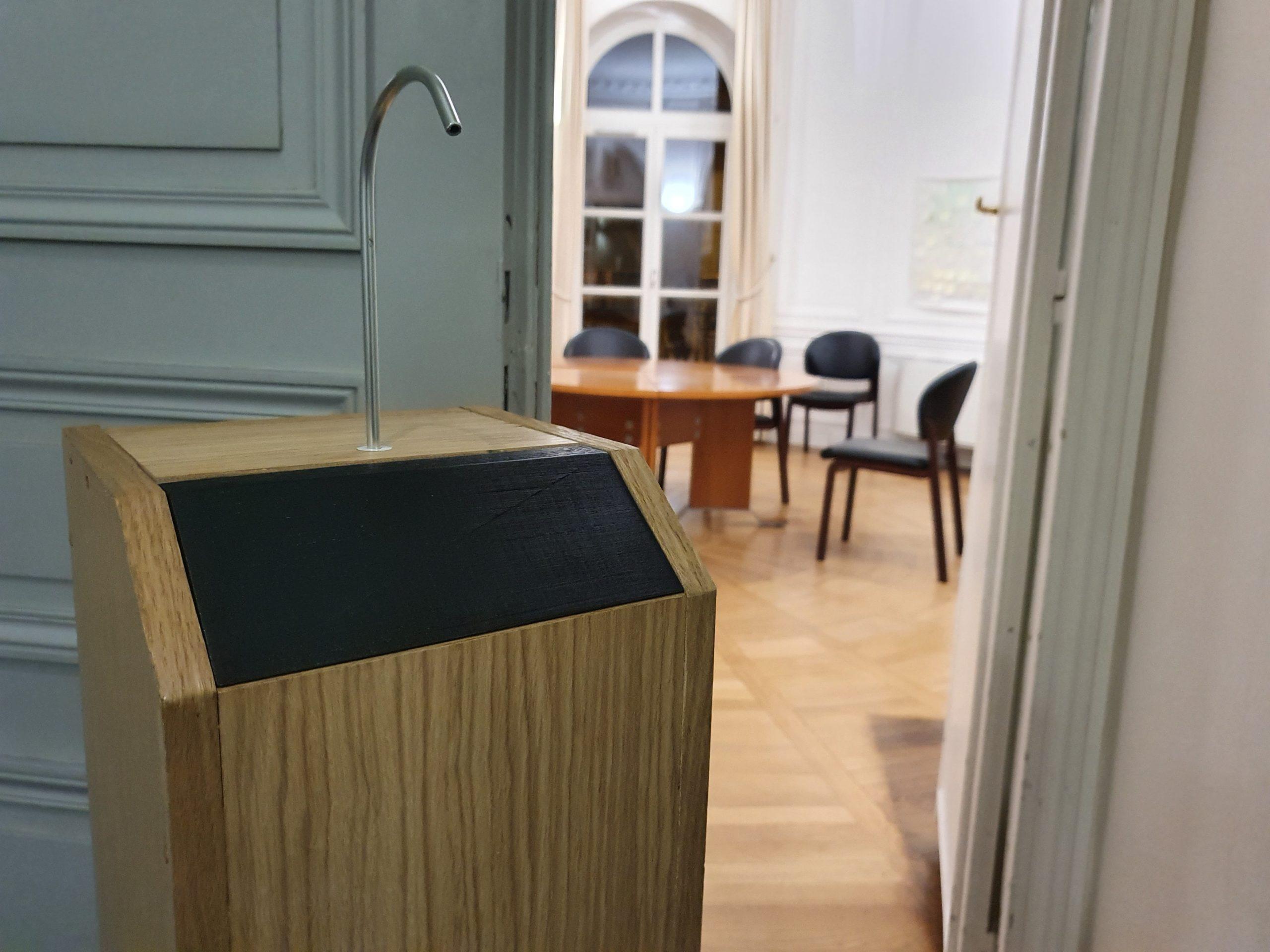 Gégé distributeur totem de gel hydroalcoolique en bois grande capacité 5L sans contact et autonome vue supérieure